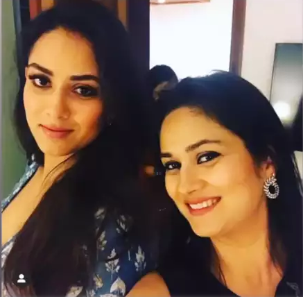 Mira kapoor with her sister
