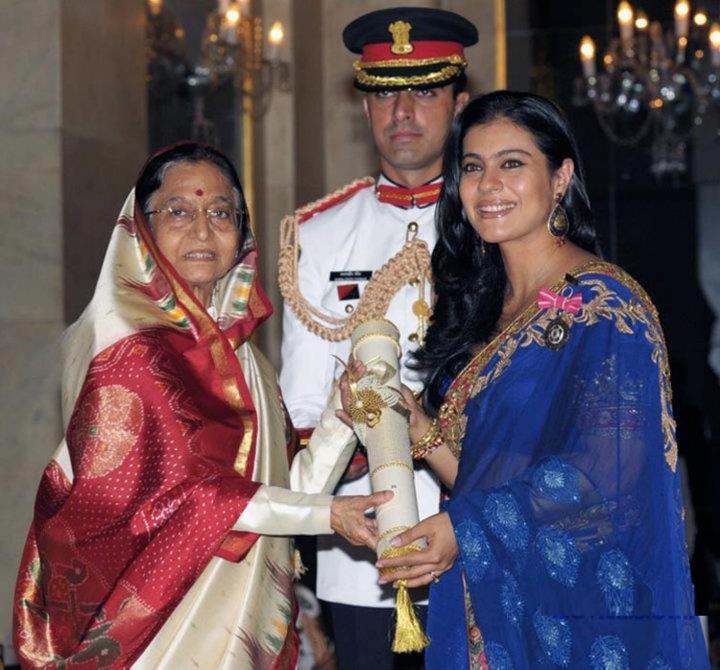 Pratibha Patil giving the Padma Shri Award to Kajol