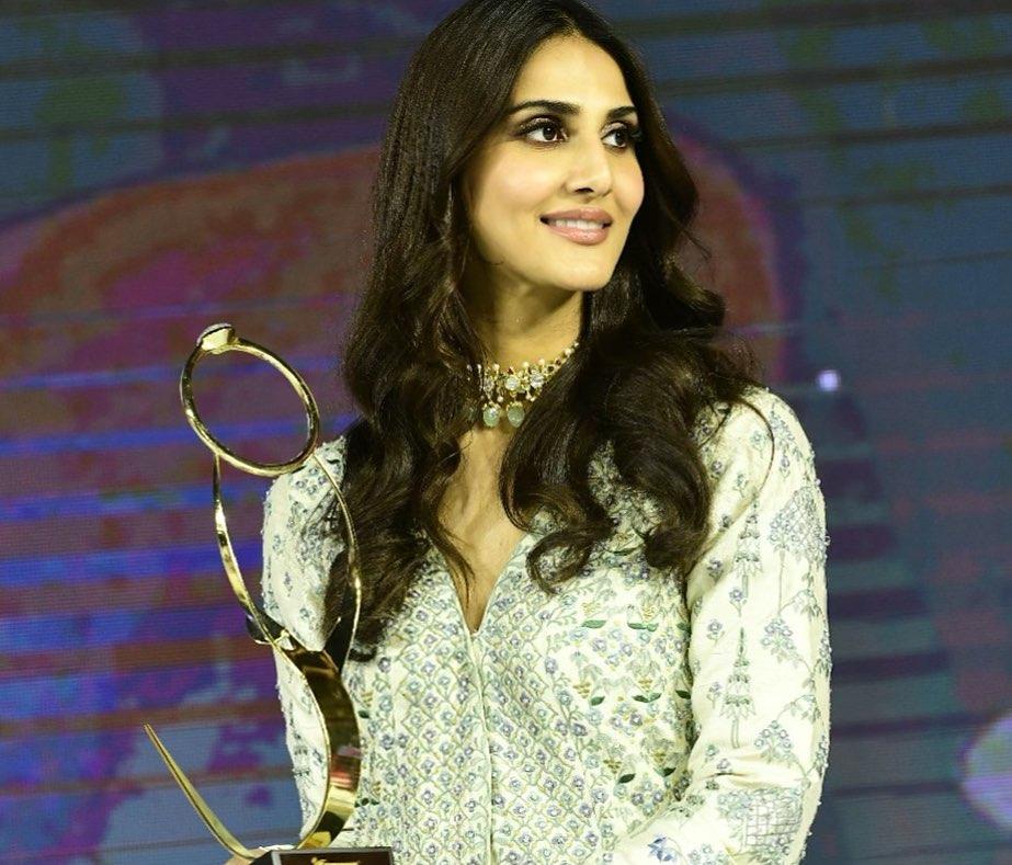 Vaani Kapoor with Award