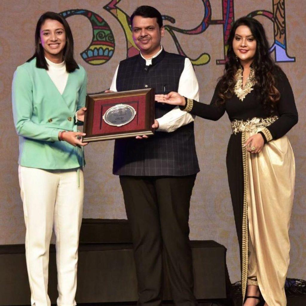 Smriti Mandhana receiving award from devendra fadnavis